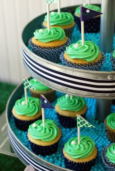 preppy golf birthday party cupcakes with golf flags #whhostess #golf #party