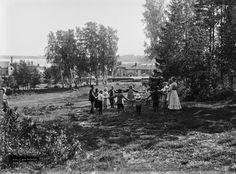 Piirileikkejä Toukoniityllä, nykyisen Kumtähdenkentän tienoilla. Foto: Signe Brander, 1907.