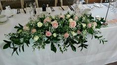 wedding flower arrangements for church pews Wedding Top Table Flowers, Head Table Wedding, Beach Wedding Flowers, Bridal Table, Floral Wedding, Trendy Wedding, Wedding Ideas, Wedding Photos, Table Flower Arrangements