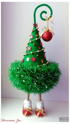 1 million stunning free images Christmas Tree Crafts, Mini Christmas Tree, Rustic Christmas, Simple Christmas, Christmas Projects, Holiday Crafts, Christmas Wreaths, Christmas Bulbs, Whoville Christmas