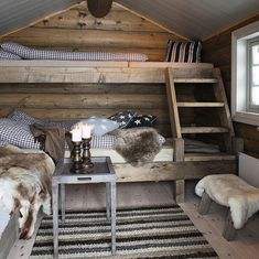 Cosy country cabin rooms - Would make a nice bunk house Bunk Rooms, Rustic Cabin Decor, Small Cabin Decor, Rustic Loft, Log Cabin Homes, Log Cabins, Cabins And Cottages, Cozy Cabin, Cabin Loft