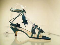 Manolo Blanic. Velours sandaaltje met opgestikte blaadjes.