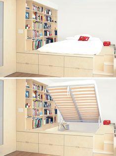 No quarto, a cama do casal possui um baú embaixo que oferece muito espaço. E uma estante de livros foi adicionada a parede.