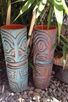 tiki. la idea es usar tuberia de pvc ancha y pintarle o adosarle steacker de arte tiki.