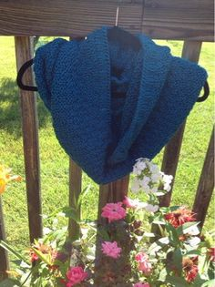 If you've been looking for a simple but interesting cowl knitting pattern, then this Sapphire Knit Cowl Pattern might be just what you need. The cowl has a beautiful texture, but the stitch pattern is simple, making this an easy knitting pattern. Easy Knitting Patterns, Loom Knitting, Free Knitting, Knitting Projects, Scarf Patterns, Knitting Tutorials, Crochet Patterns, Finger Knitting, Knitting Ideas