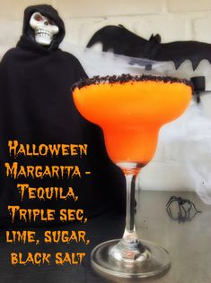11 Creepy Halloween Cocktail Concoctions Halloween Margarita we could make these if we do open house party - Fresh Drinks Halloween Cocktails, Halloween Snacks, Halloween Fingerfood, Creepy Halloween, Holiday Drinks, Fun Drinks, Yummy Drinks, Beverages, Halloween House
