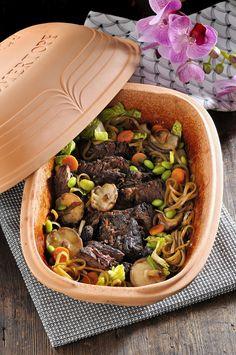 Högrev på japanska! Tillbehören och kryddorna ger asiatisk touch utan att konstra till det. Asian Recipes, Healthy Recipes, Ethnic Recipes, Tasty, Yummy Food, Swedish Recipes, Sugar And Spice, Pot Roast, Love Food