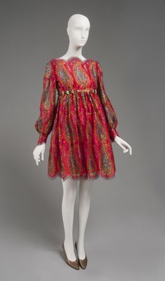 Geoffrey Beene ~ Late ~ Gold and multicolored metallic lace, red synthetic crepe. Romeo and Juliet was a popular movie, then.I love this dress style, too. Retro Fashion, 1960s Fashion Women, Vintage Fashion, Vintage Beauty, Givenchy, Valentino, Vintage Dresses, Vintage Outfits, Vintage Wear