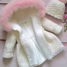 No photo description available. Baby Girl Crochet, Crochet Baby Clothes, Crochet For Kids, Baby Knitting Patterns, Baby Patterns, Baby Coat, Kids Coats, Baby Sweaters, Baby Sewing