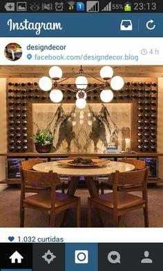 Maravilha de porta vinhos. Totalmente exposto na sala de jantar, emoldurando uma tela.