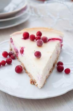 Puolukka-juustokakku    Taas yksi kissanristiäisiin leivottu kakku, eli leipomiselle ei ollut mitään erityistä syytä. Olin vain monta viik...