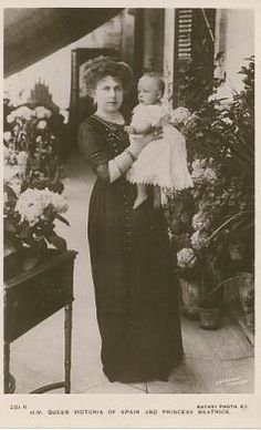 Queen Victoria Eugenia of Spain and little daughter, Infanta Beatriz. Princess Alice, Princess Beatrice, Princess Mary, Prince And Princess, Prince Harry, Princess Victoria, Queen Victoria, Victoria Family Tree, Spanish Royalty