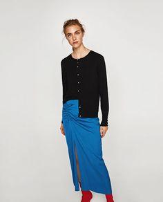 f1a11007121 Image 2 de VESTE EN MAILLE AVEC BOUTONS PERLES de Zara