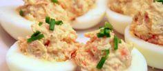 Zin in een tussendoortje? Dan kun je deze gevulde eieren met heksenkaas eens proberen. Makkelijk te bereiden en lekker om tussendoor te eten.  Je hebt nodig zes gekookte eieren 10 gram heksenkaas verse bieslook en peterselie peper en zout  Bereidingswijze Snijd de eieren door de midden en haal het eigeel eruit. Vermaal het eigeel met een staafmixer met de heksenkaas. Doe daar peper en zout bij en voeg ook de verse kruiden toe. Spuit de eieren eventueel op met een spuitzak, zodat het er leuk ui Omelet, Potato Salad, Potatoes, Chicken, Ethnic Recipes, Snacks, Food, Salads, Omelette