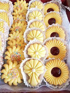 PicsArt_08-17-04 Eid Biscuit Recipes, Biscuit Recipe Video, Sweets Recipes, Jelly Cookies, Fancy Cookies, Shortbread Cookies, Easy Christmas Cookie Recipes, Best Christmas Cookies, Eid Biscuits