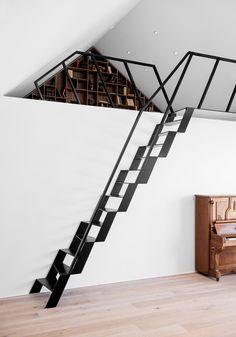 Le scale moderne super compatte sono molto versatili e belle. Questa scala utilizza gradini alternati per minimizzare l'ingombro e per massimizzare l'area d'appoggio dei gradini