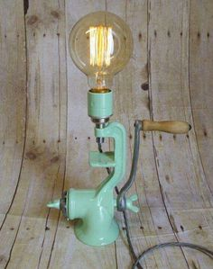 Diy beleuchtung Kitchen Utensils to Upcycle into a DIY Lamp DIY table lamp from a vintage upcycl Lampe Steampunk, Luminaria Diy, Luminaire Original, Upcycled Vintage, Repurposed, Vintage Industrial, Upcycled Crafts, Industrial Chic, Industrial Lighting