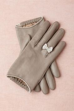 Grey gloves with cute bows for the winter:). NOT in leather or any other animal product, of course! Look Fashion, Fashion Beauty, Autumn Fashion, Womens Fashion, Diy Fashion, Mode Style, Style Me, Looks Party, Bhldn