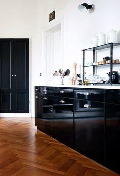 Top combinatie van houten parket vloer met zwarte hoogglans keuken