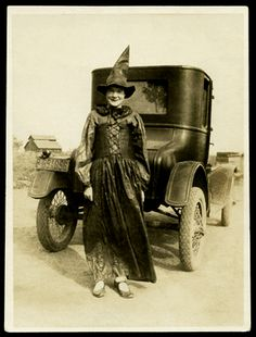 Vintage photo of lady dressed as a Halloween Witch. Retro Halloween, Halloween Fotos, Holidays Halloween, Halloween Decorations, Halloween Witches, Happy Halloween, Halloween Prints, Halloween Stuff, Halloween Costumes