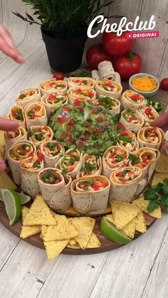 Comida Diy, Party Food Platters, Party Food Buffet, Snack Platter, Party Trays, Snacks Für Party, Dinner Party Foods, Good Party Food, Food For Parties