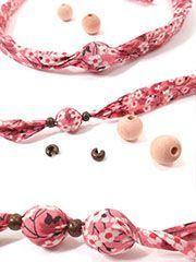 Flower necklace or bracelet. Textile Jewelry, Fabric Jewelry, Boho Jewelry, Jewelry Crafts, Beaded Jewelry, Jewelery, Handmade Jewelry, Jewelry Design, Women Jewelry