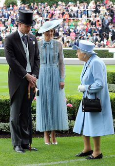 Kate Middleton Photos - Prince William, Duke of Cambridge and Catherine, Duchess of Cambridge speak to Queen Elizabeth II on day one of Royal Ascot at Ascot Racecourse on June 2019 in Ascot, England. - Royal Ascot 2019 - Day One Kate Middleton Photos, Kate Middleton Style, Royal Queen, Royal Prince, Prince Harry, Prinz William, English Royal Family, Princesa Kate, Elisabeth Ii