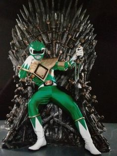 Ranger Verde sentado no Trono de Ferro de Games of Thrones