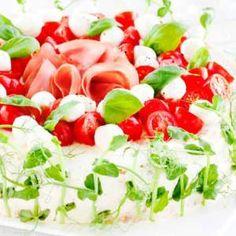 Italialainen voileipäkakku Valmistusaika noin 1 tunti + kakun vetäytyminen 1. Leikkaa leivät kuorettomiksi. Aseta leivinpaperiarkki halkaisijaltaan 26 cm:n irtopohjavuokaan pohjan ja reunarenkaan väliin. Öljyä vuoan reunat kevyesti ja asettele reunoille kapeat leivinpaperista leikatut suikaleet. 2. Punainen täyte: notkista tuorejuusto ja sekoita joukkoon tomaattipyree, hienoksi silputut kinkkuviipaleet ja ranskankerma. Valkoinen täyte: valuta latva-artisokat öljystä ja soseuta …