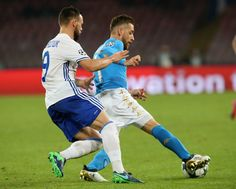 Emanuele Giaccherini (R) of Napoli competes for the ball with Mykola Morozyuk of Dynamo Kyiv during the UEFA Champions League match between SSC Napoli and FC Dynamo Kyiv  at Stadio San Paolo on November 23, 2016 in Naples, Italy.