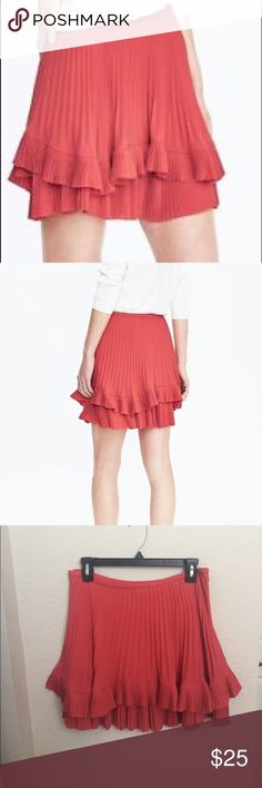 🎉Friday Sale🎉Banana Republic Pleated Coral Skirt Size 4 and only worn once! Pleated accents make this skirt perfect for the new season. Banana Republic Skirts