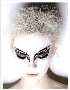 black swan make-up Halloween Hair, Halloween Makeup, Halloween Ideas, Black Swan Makeup, Black Swan Costume, Make Up Designs, Fantasy Make Up, Maquillaje Halloween, Theatrical Makeup