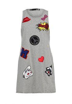 Серое платье Love Moschino украшено вышивками и объемными нашивками. Модель выполнена из гладкого хлопкового трикотажа. Особенности: свободный крой, необработанные края проймы и низа. http://j.mp/1rQfBzp