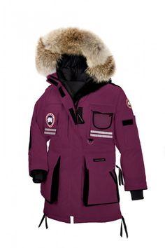 Canada Goose Snow Mantra Parka Berry Dame Detalj: -Fit: Avslappet Isolert -Shell: 190gsm, Arctic-Tech, 85% polyester / 15% bomull blanding med DWR -Fôr: 55gsm, Nylon toskaftbinding behandlet med vannavvisende overflate -Fyll: 675-bæreevne hvite gåsedun -Long-lår lengde kutt gir ekstra beskyttelse i ekstremt kalde og vindfulle omgivelser