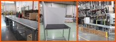 Mesa de trabajo MiniTec para empaquetado, con laterales cerrados y transportador de rodillos de gravedad.