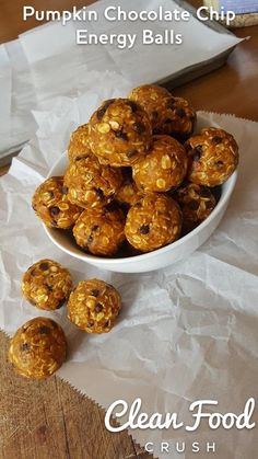 These Pumpkin Energy Balls are a great healthy recipe for the ultimate fall flavor. This no-bake snack (or breakfast) recipe only involves five ingredients: peanut butter, pumpkin puree, old-fashioned oats, flax seeds, and honey. Energy Snacks, Protein Snacks, Protein Bites, Protein Muffins, Protein Cookies, Healthy Protein, High Protein, Weight Watcher Desserts, Healthy Sweets