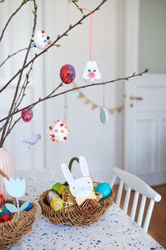 Ostereier mit Mini Pompoms - Schnelles DIY für Kinder zu Ostern Spring Time, Easter, Mini, Christmas, Holidays, Inspiration, Blog, Recipes, Biblical Inspiration