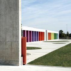 Edifico scolastico REALIZZATO IN 50 GIORNI per l'emergenza del terremoto in Emilia Romagna. Dal piazzale l'edificio si presenta con un muro in cemento che fa da recinto. Un muro forte, imponente, grezzo, che vuole trasmettere un'idea di forza e...