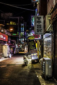 Side street near Hongik University in Seoul, South Korea. Photo by Robert Eriksson.