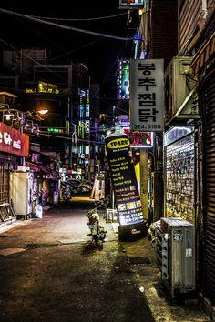 Side street near Hongik University in Seoul, South Korea. Photo by Robert Eriksson.