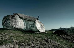 Photo: E' la casa dei Flintstones? Esiste davvero e si trova in Portogallo... GUARDA: http://www.tuttogreen.it/casa-do-penedo-la-casa-dei-flintstones-esiste-davvero-in-portogallo/