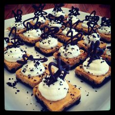 Pumpkin cheesecake with Oreo crust bites Oreo Crust Cheesecake, Pumpkin Cheesecake, Cookies, Desserts, Food, Tailgate Desserts, Biscuits, Meal, Deserts