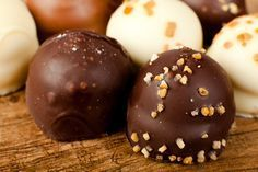 It is anything but difficult to make noteworthy and tasty natively constructed chocolates for loved ones at Easter or whenever. You can buy Easter chocolate shape all things considered claim to fame o Bounty Chocolate, Chocolate Desserts, Homemade Sweets, Homemade Chocolate, Sweet Desserts, Sweet Recipes, Chocolat Ferrero Rocher, Candy Cookies, Bakery Recipes