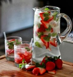 Oh yum. Strawberry Mint Spritzer from Healthy Cocktails Refreshing Drinks, Summer Drinks, Cocktail Drinks, Fun Drinks, Cocktail Recipes, Beverages, Drink Recipes, Healthy Recipes, Alcohol Recipes