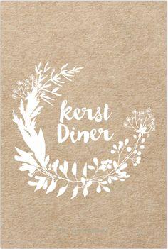 Enkele kerst kraft menukaart bloemen krans van bladeren, besjes en takjes.