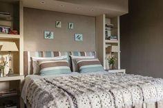 Una casa con estilo serrano Muy amplia, la suite principal tiene una cama con un respaldo-biblioteca que oculta el vestidor y el cuarto de baño posteriores. La luz para leer está embutida en su estructura. / Daniel Karp: