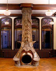Style Art Nouveau  Cheminée de la salle à manger par Alexandre Bigot, en place à la villa Majorelle. Photo Pierre Mignot