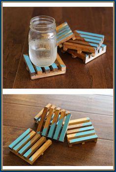 DIY drink coasters Wooden pallet coasters using square dowels. DIY drink coasters Wooden pallet coasters using square dowels. Wooden Pallet Projects, Wooden Pallet Furniture, Wooden Pallets, Wooden Diy, Wooden Pallet Art Ideas, Wooden Gifts, Wooden Decor, Pallet Wood, Diy Simple