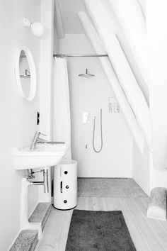 All white attic bathroom. Loft Kolasiński