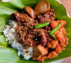 Resep Gudeg Jogja Praktis-Gudeg is a traditional food from Yogyakarta and Central Java, Indonesia. Gudeg is made from young Nangka (jack fruit, called gori) boiled for several hours with palm sugar, and coconut milk.